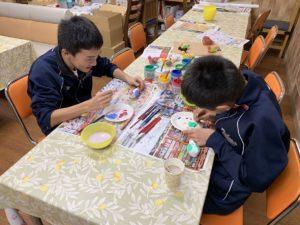 佐賀県武雄温泉物産館 学生の絵付け体験風景