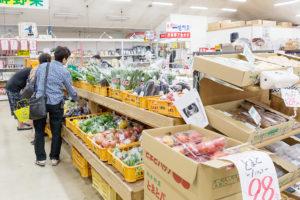 佐賀県武雄温泉物産館 愛情野菜市の販売所風景